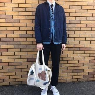 Weiße bedruckte Shopper Tasche aus Segeltuch kombinieren – 78 Herren Outfits: Kombinieren Sie eine dunkelblaue Shirtjacke aus Jeans mit einer weißen bedruckten Shopper Tasche aus Segeltuch für einen entspannten Wochenend-Look. Vervollständigen Sie Ihr Outfit mit weißen Segeltuch niedrigen Sneakers, um Ihr Modebewusstsein zu zeigen.