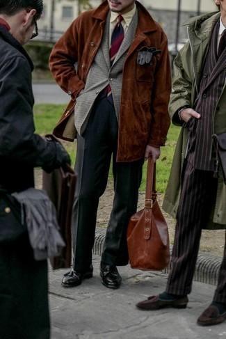 Graues Wollsakko mit Hahnentritt-Muster kombinieren – 16 Herren Outfits: Kombinieren Sie ein graues Wollsakko mit Hahnentritt-Muster mit einer dunkelgrauen Anzughose für eine klassischen und verfeinerte Silhouette. Vervollständigen Sie Ihr Look mit schwarzen Leder Slippern mit Quasten.