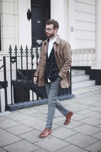 Dunkelblaues Sakko mit Karomuster kombinieren: trends 2020: Kombinieren Sie ein dunkelblaues Sakko mit Karomuster mit einer grauen Chinohose, um einen eleganten, aber nicht zu festlichen Look zu kreieren. Eine braune Lederfreizeitstiefel sind eine kluge Wahl, um dieses Outfit zu vervollständigen.