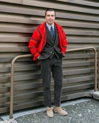 Wie kombinieren: rote Wollshirtjacke, dunkelgraues Kordsakko, dunkelgraue Weste, weißes und dunkelblaues vertikal gestreiftes Businesshemd