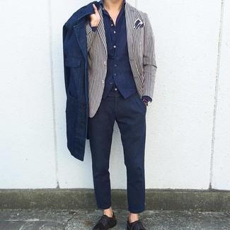 Wie kombinieren: dunkelblaue Shirtjacke aus Jeans, weißes und dunkelblaues vertikal gestreiftes Sakko, dunkelblaue Weste, dunkelblaues Langarmhemd