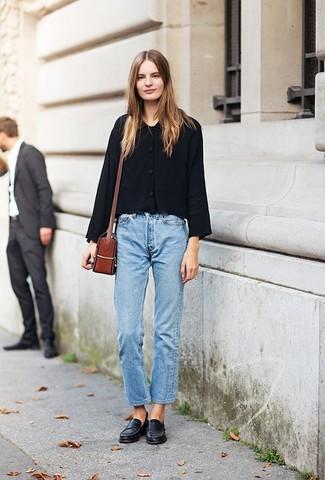 Wie kombinieren: schwarze Shirtjacke, hellblaue Boyfriend Jeans, schwarze Leder Slipper, rotbraune Leder Umhängetasche
