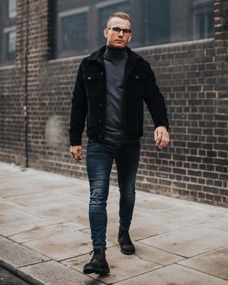 schwarze Kordshirtjacke, dunkelgrauer Rollkragenpullover, dunkelblaue enge Jeans, schwarze Wildlederfreizeitstiefel für Herren