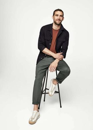 Wie kombinieren: schwarze Shirtjacke, braunes T-Shirt mit einem Rundhalsausschnitt, dunkelgrüne Chinohose, weiße Leder niedrige Sneakers