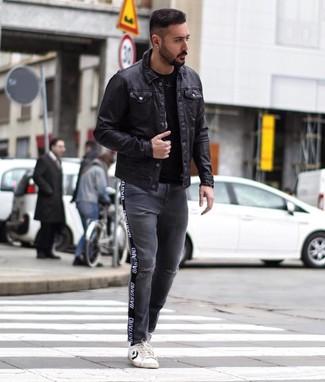 Dunkelgraue Jeans mit Destroyed-Effekten kombinieren: trends 2020: Paaren Sie eine schwarze Shirtjacke aus Leder mit dunkelgrauen Jeans mit Destroyed-Effekten, um mühelos alles zu meistern, was auch immer der Tag bringen mag. Weiße und schwarze Leder niedrige Sneakers sind eine perfekte Wahl, um dieses Outfit zu vervollständigen.