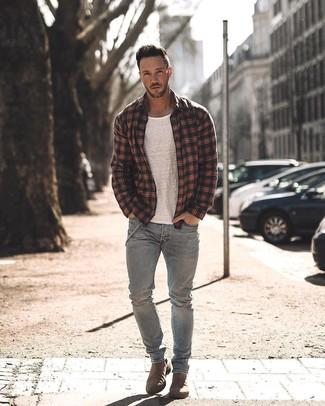 Wie kombinieren: schwarze Shirtjacke mit Schottenmuster, weißes T-Shirt mit einem Rundhalsausschnitt, graue Jeans, braune Chelsea-Stiefel aus Wildleder