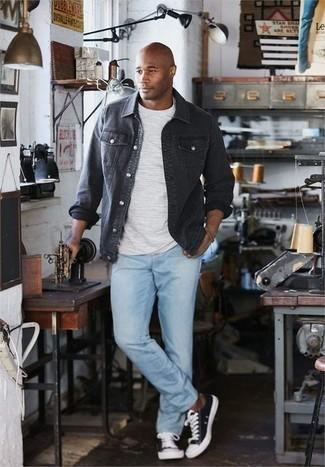 Schwarze Shirtjacke aus Jeans kombinieren – 3 Herren Outfits: Erwägen Sie das Tragen von einer schwarzen Shirtjacke aus Jeans und hellblauen Jeans für ein bequemes Outfit, das außerdem gut zusammen passt. Fühlen Sie sich ideenreich? Ergänzen Sie Ihr Outfit mit schwarzen und weißen Segeltuch niedrigen Sneakers.