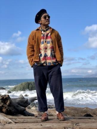 Hellbeige Rollkragenpullover kombinieren – 192 Herren Outfits: Vereinigen Sie einen hellbeige Rollkragenpullover mit einer dunkelblauen Chinohose für ein bequemes Outfit, das außerdem gut zusammen passt. Braune Chukka-Stiefel aus Leder sind eine gute Wahl, um dieses Outfit zu vervollständigen.