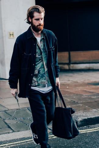 Wie kombinieren: dunkelblaue Shirtjacke aus Jeans, olivgrüne Camouflage Shirtjacke, weißes T-Shirt mit einem Rundhalsausschnitt, schwarze Jogginghose