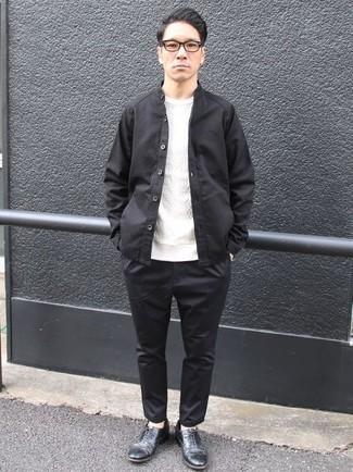 Weißen Strickpullover kombinieren: trends 2020: Paaren Sie einen weißen Strickpullover mit einer schwarzen Chinohose für einen bequemen Alltags-Look. Fühlen Sie sich mutig? Entscheiden Sie sich für schwarzen Leder Oxford Schuhe.