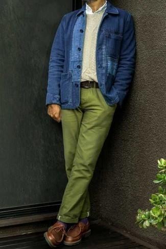 Hellbeige Strickpullover kombinieren – 77 Herren Outfits: Paaren Sie einen hellbeige Strickpullover mit einer grünen Chinohose für einen bequemen Alltags-Look. Braune Chukka-Stiefel aus Leder sind eine ideale Wahl, um dieses Outfit zu vervollständigen.