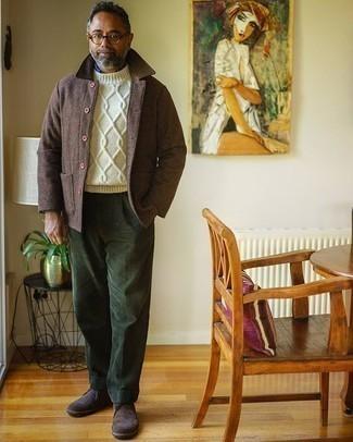 Herren Outfits 2020: Tragen Sie eine braune Wollshirtjacke und eine olivgrüne Cord Chinohose für einen für die Arbeit geeigneten Look. Vervollständigen Sie Ihr Look mit dunkelbraunen Chukka-Stiefeln aus Wildleder.