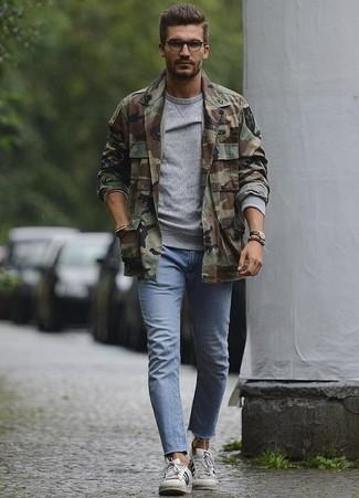 Wie kombinieren: olivgrüne Camouflage Shirtjacke, graues Sweatshirt, hellblaue enge Jeans, weiße Leder niedrige Sneakers