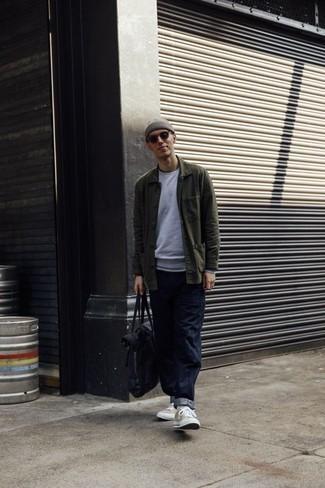 20 Jährige: Dunkelblaue Shopper Tasche aus Segeltuch kombinieren: trends 2020: Für ein bequemes Couch-Outfit, kombinieren Sie eine olivgrüne Shirtjacke mit einer dunkelblauen Shopper Tasche aus Segeltuch. Hellbeige hohe Sneakers aus Segeltuch sind eine gute Wahl, um dieses Outfit zu vervollständigen.