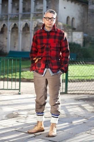 Braune Chinohose kombinieren – 1155+ Herren Outfits: Tragen Sie eine rote und schwarze Flanell Shirtjacke mit Karomuster und eine braune Chinohose für ein sonntägliches Mittagessen mit Freunden. Setzen Sie bei den Schuhen auf die klassische Variante mit beige Brogue Stiefeln aus Leder.
