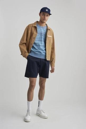 Teenager: Smart-Casual Outfits Herren 2021: Kombinieren Sie eine beige Shirtjacke mit einem hellblauen bedruckten Sweatshirt für ein großartiges Wochenend-Outfit. Vervollständigen Sie Ihr Outfit mit weißen Leder Derby Schuhen, um Ihr Modebewusstsein zu zeigen.