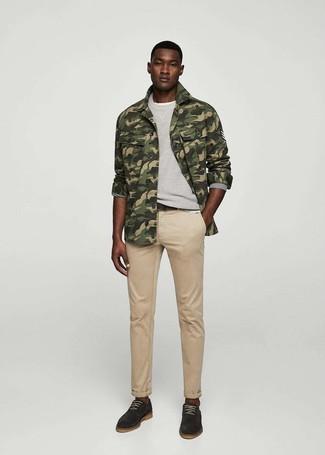Wie kombinieren: olivgrüne Camouflage Shirtjacke, graues Sweatshirt, weißes T-Shirt mit einem Rundhalsausschnitt, beige Jeans