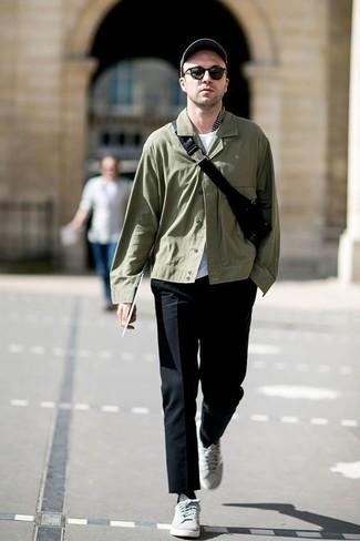 Wie kombinieren: olivgrüne Shirtjacke, weißes T-Shirt mit einem Rundhalsausschnitt, schwarze Anzughose, graue niedrige Sneakers