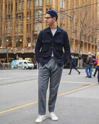 Wie kombinieren: dunkelblaue Shirtjacke, weißes T-Shirt mit einem Rundhalsausschnitt, graue Wollanzughose, weiße Leder niedrige Sneakers