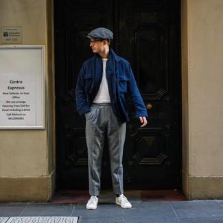 Dunkelgraue Schiebermütze kombinieren: trends 2020: Für ein bequemes Couch-Outfit, erwägen Sie das Tragen von einer dunkelblauen Wollshirtjacke und einer dunkelgrauen Schiebermütze. Fühlen Sie sich ideenreich? Wählen Sie weißen Leder niedrige Sneakers.
