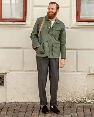 Dunkelbraune Wildleder Slipper kombinieren: Machen Sie sich mit einer dunkelgrünen Shirtjacke und einer dunkelgrauen Wollanzughose einen verfeinerten, eleganten Stil zu Nutze. Dieses Outfit passt hervorragend zusammen mit dunkelbraunen Wildleder Slippern.