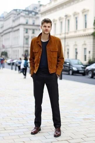 20 Jährige: Schwarze Anzughose kombinieren: trends 2020: Tragen Sie eine rotbraune Shirtjacke aus Wildleder und eine schwarze Anzughose für eine klassischen und verfeinerte Silhouette. Dunkelrote Leder Derby Schuhe fügen sich nahtlos in einer Vielzahl von Outfits ein.