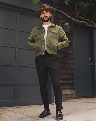 Dunkelbraune Leder Slipper mit Quasten kombinieren – 238 Smart-Casual Herren Outfits: Tragen Sie eine olivgrüne Shirtjacke und eine schwarze Anzughose für einen stilvollen, eleganten Look. Vervollständigen Sie Ihr Look mit dunkelbraunen Leder Slippern mit Quasten.