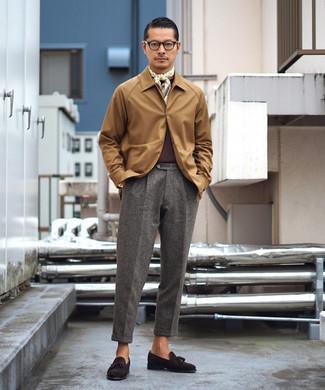 Dunkelrotes T-Shirt mit einem Rundhalsausschnitt kombinieren – 135 Herren Outfits: Kombinieren Sie ein dunkelrotes T-Shirt mit einem Rundhalsausschnitt mit einer grauen Wollanzughose für Ihren Bürojob. Schalten Sie Ihren Kleidungsbestienmodus an und machen dunkelbraunen Wildleder Slipper mit Quasten zu Ihrer Schuhwerkwahl.