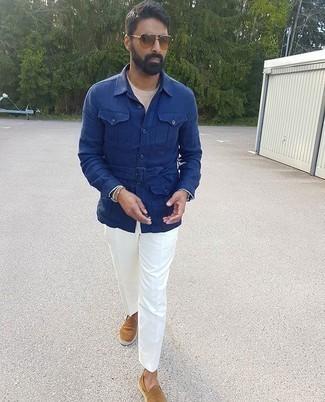 Weiße Anzughose kombinieren – 362 Herren Outfits: Vereinigen Sie eine blaue Shirtjacke mit einer weißen Anzughose, um vor Klasse und Perfektion zu strotzen. Wenn Sie nicht durch und durch formal auftreten möchten, entscheiden Sie sich für beige Wildleder Espadrilles.