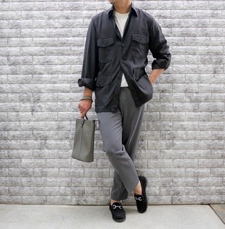 Schwarze Shirtjacke kombinieren – 154 Herren Outfits: Kombinieren Sie eine schwarze Shirtjacke mit einer grauen Anzughose für einen stilvollen, eleganten Look. Schwarze Wildleder Slipper fügen sich nahtlos in einer Vielzahl von Outfits ein.