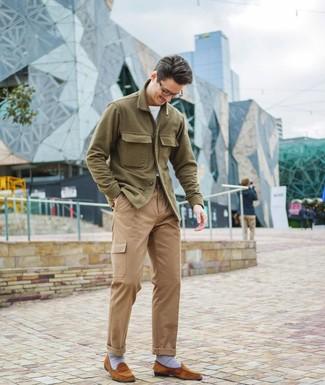 Wie kombinieren: olivgrüne Wollshirtjacke, weißes T-Shirt mit einem Rundhalsausschnitt, beige Cargohose, rotbraune Wildleder Slipper