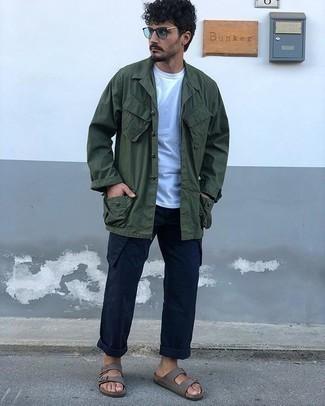 Dunkelblaue Cargohose kombinieren – 78 Herren Outfits: Kombinieren Sie eine dunkelgrüne Shirtjacke mit einer dunkelblauen Cargohose, um mühelos alles zu meistern, was auch immer der Tag bringen mag. Wenn Sie nicht durch und durch formal auftreten möchten, vervollständigen Sie Ihr Outfit mit grauen Wildledersandalen.