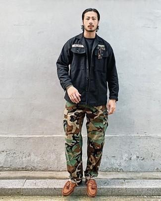Schwarze Shirtjacke kombinieren – 154 Herren Outfits: Kombinieren Sie eine schwarze Shirtjacke mit einer olivgrünen Camouflage Cargohose für einen bequemen Alltags-Look. Fühlen Sie sich mutig? Ergänzen Sie Ihr Outfit mit rotbraunen Leder Slippern mit Quasten.