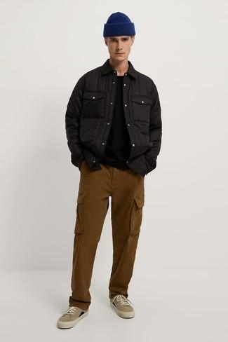 Schwarze gesteppte Shirtjacke kombinieren – 12 Herren Outfits: Paaren Sie eine schwarze gesteppte Shirtjacke mit einer braunen Cargohose für ein Alltagsoutfit, das Charakter und Persönlichkeit ausstrahlt. Ergänzen Sie Ihr Look mit beige Segeltuch niedrigen Sneakers.