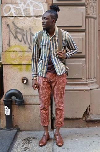 Wie kombinieren: blaue vertikal gestreifte Shirtjacke, braunes T-Shirt mit einem Rundhalsausschnitt, rote Chinohose, beige Leder Oxford Schuhe