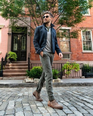 Wie kombinieren: dunkelblaue Shirtjacke, graues T-Shirt mit einem Rundhalsausschnitt, graue Chinohose, braune Wildlederfreizeitstiefel