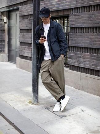 Herren Outfits & Modetrends: Stechen Sie unter anderen modebewussten Menschen hervor mit einer dunkelblauen Shirtjacke und einer olivgrünen Chinohose. Weiße niedrige Sneakers liefern einen wunderschönen Kontrast zu dem Rest des Looks.
