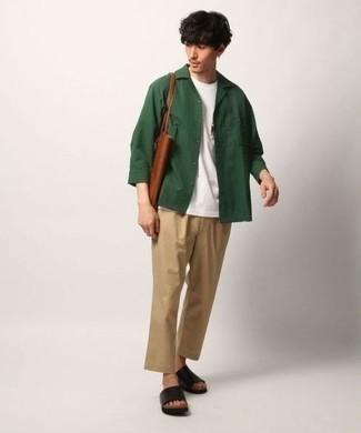 Dunkelgrüne Shirtjacke kombinieren: trends 2020: Kombinieren Sie eine dunkelgrüne Shirtjacke mit einer beige Chinohose, um einen eleganten, aber nicht zu festlichen Look zu kreieren. Wenn Sie nicht durch und durch formal auftreten möchten, vervollständigen Sie Ihr Outfit mit schwarzen Ledersandalen.