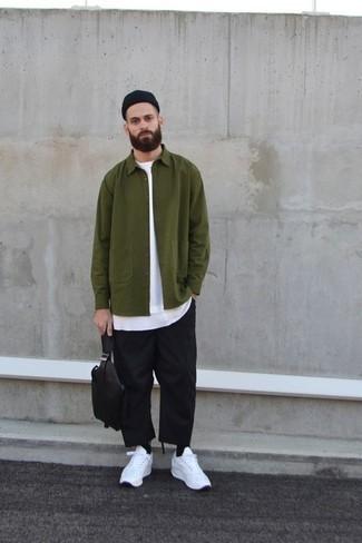 Schwarze Mütze kombinieren: trends 2020: Für ein bequemes Couch-Outfit, vereinigen Sie eine olivgrüne Shirtjacke mit einer schwarzen Mütze. Weiße Sportschuhe sind eine perfekte Wahl, um dieses Outfit zu vervollständigen.