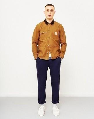 Weißes und schwarzes horizontal gestreiftes T-Shirt mit einem Rundhalsausschnitt kombinieren: trends 2020: Arbeitsreiche Tage verlangen nach einem einfachen, aber dennoch stylischen Outfit, wie zum Beispiel ein weißes und schwarzes horizontal gestreiftes T-Shirt mit einem Rundhalsausschnitt und eine dunkelblaue Chinohose. Ergänzen Sie Ihr Look mit weißen Leder niedrigen Sneakers.