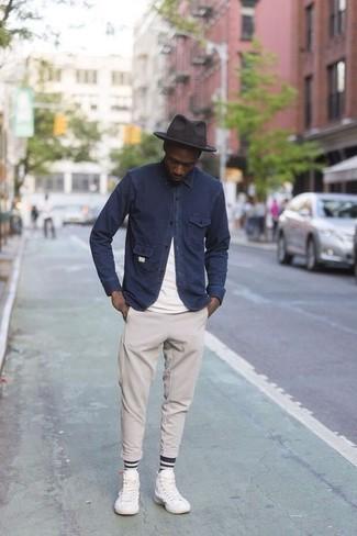Dunkelgrauen Wollhut kombinieren: trends 2020: Kombinieren Sie eine dunkelblaue Shirtjacke mit einem dunkelgrauen Wollhut für einen entspannten Wochenend-Look. Weiße hohe Sneakers aus Segeltuch sind eine perfekte Wahl, um dieses Outfit zu vervollständigen.