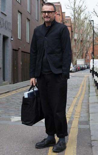 Dunkelgraue Socken kombinieren: trends 2020: Eine schwarze Shirtjacke und dunkelgraue Socken sind eine perfekte Wochenend-Kombination. Komplettieren Sie Ihr Outfit mit schwarzen Leder Derby Schuhen, um Ihr Modebewusstsein zu zeigen.