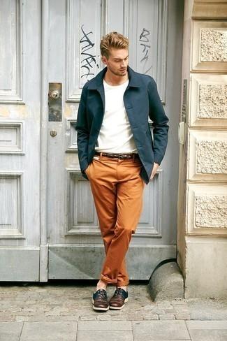 Schuhe kombinieren: trends 2020: Kombinieren Sie eine dunkeltürkise Shirtjacke mit einer orange Chinohose für Ihren Bürojob. Schalten Sie Ihren Kleidungsbestienmodus an und machen dunkelroten Leder Derby Schuhe zu Ihrer Schuhwerkwahl.