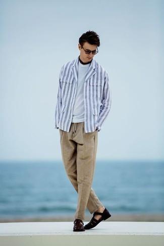 Violette Sonnenbrille kombinieren: trends 2020: Entscheiden Sie sich für Komfort in einer weißen und blauen vertikal gestreiften Shirtjacke und einer violetten Sonnenbrille. Fühlen Sie sich ideenreich? Komplettieren Sie Ihr Outfit mit dunkelbraunen Ledersandalen.