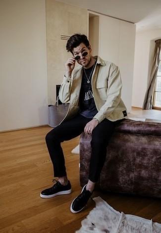 Silberne Uhr kombinieren – 500+ Herren Outfits: Paaren Sie eine hellbeige Shirtjacke mit einer silbernen Uhr für einen entspannten Wochenend-Look. Fühlen Sie sich ideenreich? Entscheiden Sie sich für schwarzen Leder niedrige Sneakers.