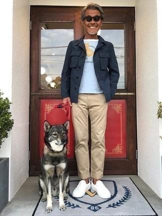Weiße Slip-On Sneakers aus Segeltuch kombinieren – 54 Herren Outfits: Entscheiden Sie sich für eine dunkelblaue Shirtjacke und eine beige Chinohose für einen für die Arbeit geeigneten Look. Fühlen Sie sich mutig? Wählen Sie weißen Slip-On Sneakers aus Segeltuch.