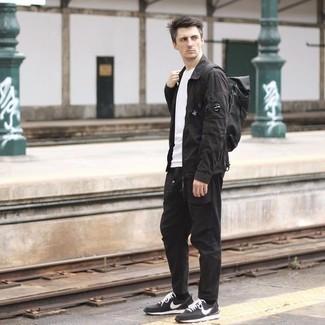 Schwarze Shirtjacke kombinieren – 119 Herren Outfits: Tragen Sie eine schwarze Shirtjacke und eine schwarze Chinohose, wenn Sie einen gepflegten und stylischen Look wollen. Fühlen Sie sich ideenreich? Komplettieren Sie Ihr Outfit mit schwarzen und weißen Sportschuhen.
