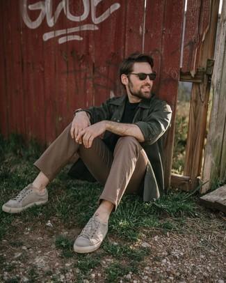 Graue Segeltuch niedrige Sneakers kombinieren – 123 Herren Outfits: Vereinigen Sie eine dunkelgrüne Shirtjacke mit einer beige Chinohose für einen für die Arbeit geeigneten Look. Suchen Sie nach leichtem Schuhwerk? Wählen Sie grauen Segeltuch niedrige Sneakers für den Tag.