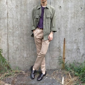 Olivgrüne Shirtjacke kombinieren – 346 Herren Outfits: Die Paarung aus einer olivgrünen Shirtjacke und einer hellbeige Chinohose ist eine gute Wahl für einen Tag im Büro. Fühlen Sie sich ideenreich? Vervollständigen Sie Ihr Outfit mit dunkelbraunen Leder Slippern mit Quasten.