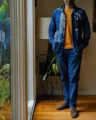 Blaue Shirtjacke aus Jeans kombinieren – 48 Herren Outfits: Kombinieren Sie eine blaue Shirtjacke aus Jeans mit einer blauen Chinohose für einen für die Arbeit geeigneten Look. Fühlen Sie sich mutig? Vervollständigen Sie Ihr Outfit mit braunen Wildleder Slippern.